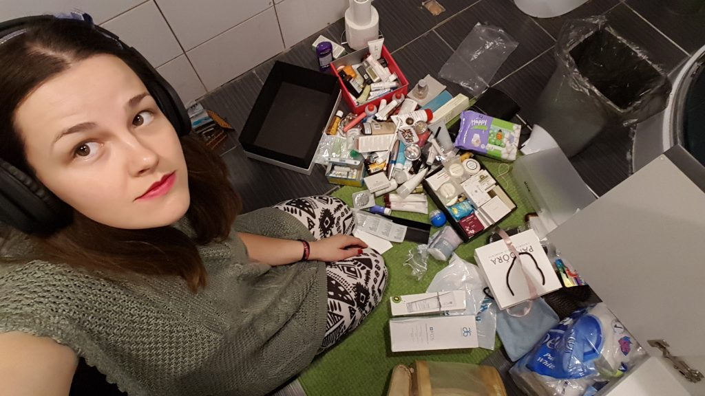 """OK, čia gal ir ne taip """"nieko"""" atrodau, bet čia momentas, kai darausi tvarką (po gero pusmečio) vonios spintelėse ir išmetu tai, ko nereikia, o pamirštais atradimais pasinaudoju. Ta daili spalva ant mano lūpų - baisiai norėtas produktas iš Pietų Korėjos."""